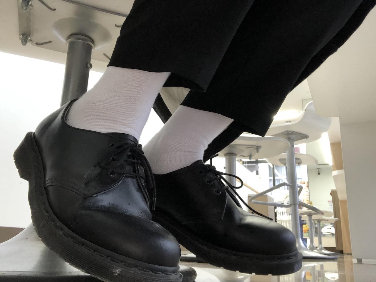 WEARユーザーにも人気の革靴「ドクターマーチン」を使った白ソックスファッション