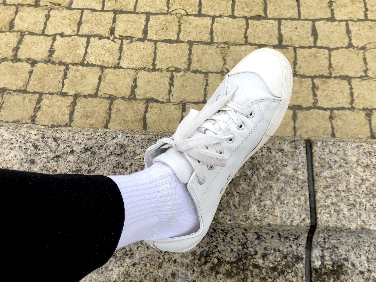 adidasハイソックスとツンツルテンパンツと雨…|白ソックス系男子