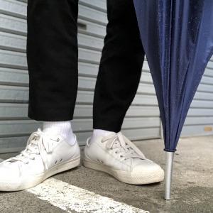 雨の路地裏、花粉症白靴下男子